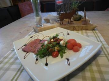 Hauchzarter Rinderschinken mit mariniertem Rucola, Wassermelone, Wurzelbaguette - Rezept