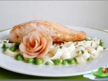 Tagliatelle in Minzsauce und gebratenes Lachsfilet mit Rose  garniert - Rezept