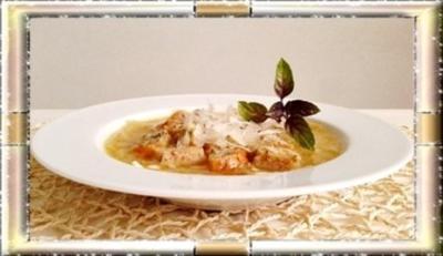 Zwiebelsuppe mit Bruschetta-Würfel und mit Grana Padano verfeinert - Rezept