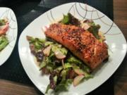 Lachsfilet auf Salatbett - Rezept