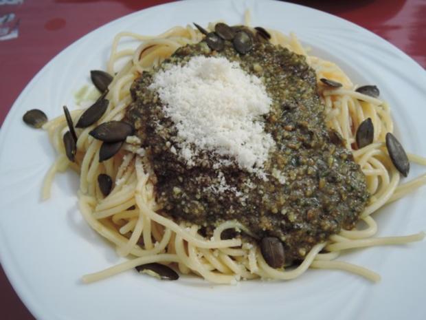 Spaghetti mit Kürbiskernpesto und veganem Parmesan - Rezept - Bild Nr. 2