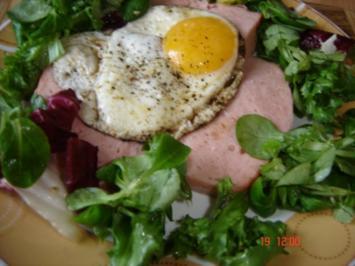 Fleischkäse mit Spiegelei auf Salatbett - Rezept
