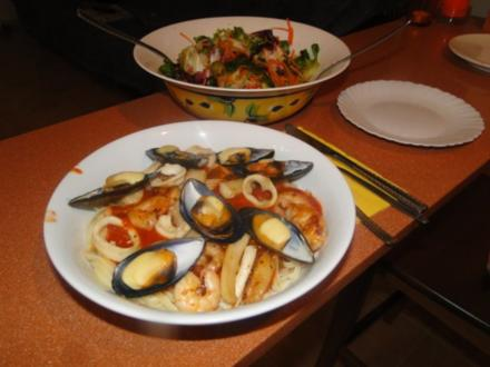 Spaghetti mit Miesmuschel und frischen Tintenfischringen und Garnelen, alles frisch, mit - Rezept