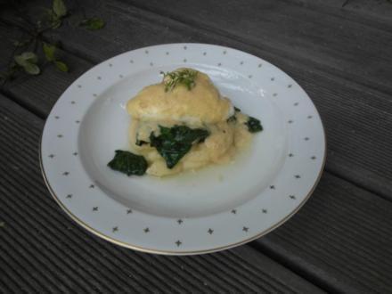 Pochierte Senf-Eier auf einem Spinatbett, begleitet von luftigem Kartoffelpüree - Rezept