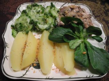 Dill - Gurkensalat mit Zwiebel - Champignongs und Feldsalat dazu Salzkartoffeln - Rezept