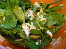 Spinatsalat mit Apfel und Haselnüssen - Rezept