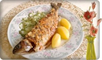Mandelforelle mit  tournierten Kartoffeln und Salatgurke dazu. - Rezept