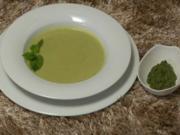 Walnuss-Minz-Pesto umgarnt Erbsen-Mandelcreme-Süppchen (Juliane Ziegler) - Rezept