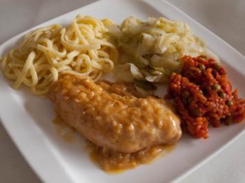 Schnelles Sonntagsessen: Putenschnitzel in Zwiebelrahm, Spitzkohl und Spätzlenudeln - Rezept