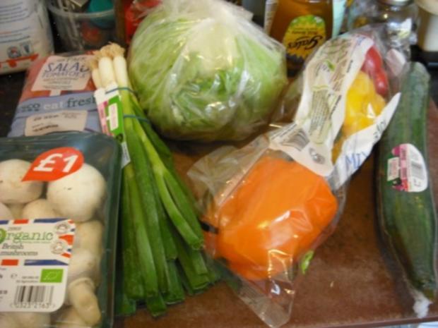 Bunte italienische Nudeln mit pikanter Rinderhacksauce und gemischten Salat - Rezept - Bild Nr. 4