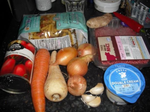 Bunte italienische Nudeln mit pikanter Rinderhacksauce und gemischten Salat - Rezept - Bild Nr. 3