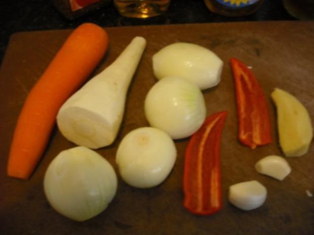Bunte italienische Nudeln mit pikanter Rinderhacksauce und gemischten Salat - Rezept - Bild Nr. 5