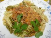 Bunte italienische Nudeln mit pikanter Rinderhacksauce und gemischten Salat - Rezept