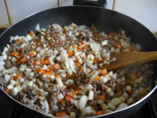 Bunte italienische Nudeln mit pikanter Rinderhacksauce und gemischten Salat - Rezept - Bild Nr. 10