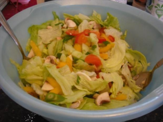 Bunte italienische Nudeln mit pikanter Rinderhacksauce und gemischten Salat - Rezept - Bild Nr. 12