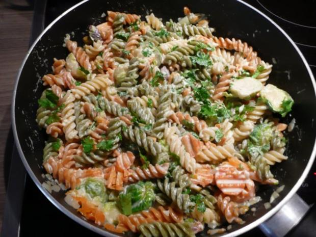 Rosenkohl  - Karotten - Pfanne mit Tricolore Nudeln. - Rezept - Bild Nr. 6