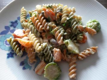 Rezept: Rosenkohl  - Karotten - Pfanne mit Tricolore Nudeln.