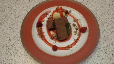 Schokoladen Brownie mit selbstgemachtem Vanilleeis & Himbeerspiegel - Rezept