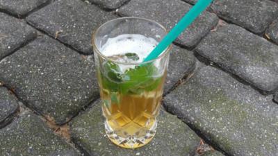 Rezept: Holunder Radler on the rocks mit Minze und Limetten (Aperitif)