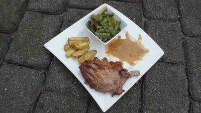 Rezept: Gegrilltes Ibérico-Karree mit Chimichurri-Rosmarinkartoffeln und Bohnenpotpourri