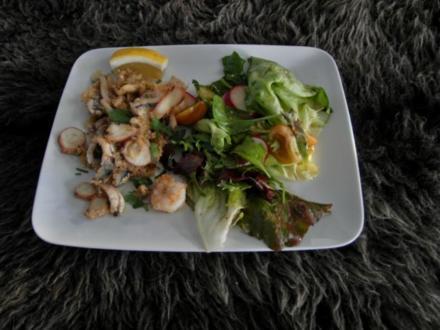 In Olivenöl frittierte Meeresfrüchte und bunter Frühlingssalat - Rezept
