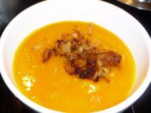 Kürbissuppe mit gerösteten Zwiebeln und Hähnchenspießchen - Rezept