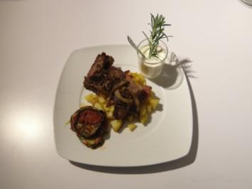 T-Bone Steak mit Kartoffeln, Zwiebeln, Auberginentürmchen und Knoblauchdipp - Rezept