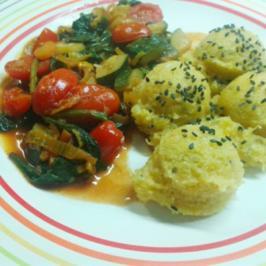 Rezept: Orangen-Polenta mit schwarzem Sesam und Gemüsepfanne in Tomaten-Ras el Hanout-Sauce