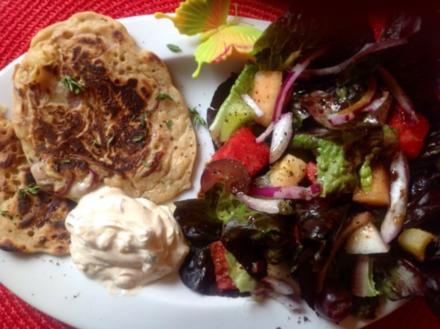 Apfel - Zwiebel - Pfannkuchen mit Schmand und Feldsalat - Rezept