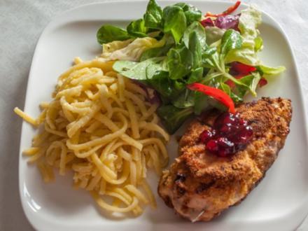 Hähnchenbrustfilets gefüllt und bunter Salat - Rezept