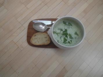 Frische grüne Rucola-Kräuter-Suppe mit Kräuterbutter alla casa und italienischem Brot - Rezept