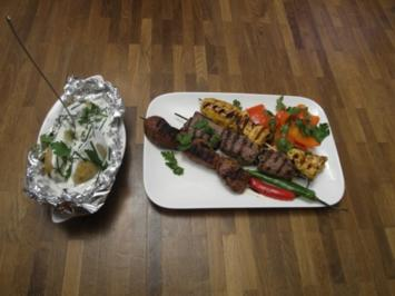 Rezept: Spießplatte mit Folien-Landkartoffel, Saurrahm und Paprika Gemüse