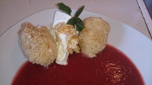 Topfennockerl auf Erdbeerfruchtspiegel mit Vanilleeis und Karamellmandeln - Rezept