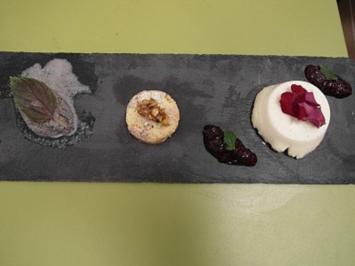 Rezept: Schwarzes Sesameis, Panna Cotta mit Brombeerenspiegel und White Chocolate Cookie