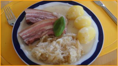 Geräucherter durchwachsender Speck mit Champagner-Kraut, Kartoffeln und Sauce - Rezept