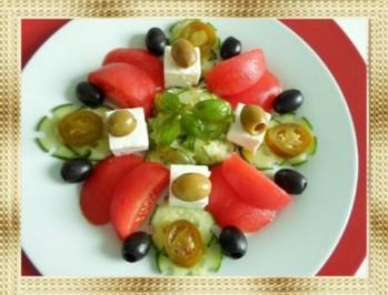 Schafskäse Salat mit Italienischer Kräuter- Vinaigrette nappiert. - Rezept