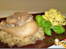 Deftiges Eisbein auf Sauerkrautbett mit Kartoffel - Zwiebelstampf - Rezept