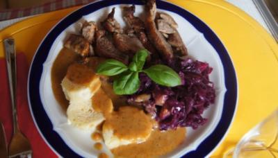 Knusperente mit Gourmet-Rotkohl à la Papa, tschechischen Knödel nach Ivanka - Rezept