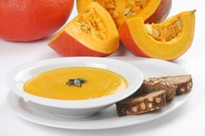 Geröstetes Weißbrot mit Kürbiscreme, Kürbis-Curry Suppe und geschmorter Kürbis - Rezept