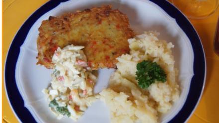 Minutensteaks mit Kartoffelpufferpanade, Selleriepüree und Tatarska omacka - Rezept