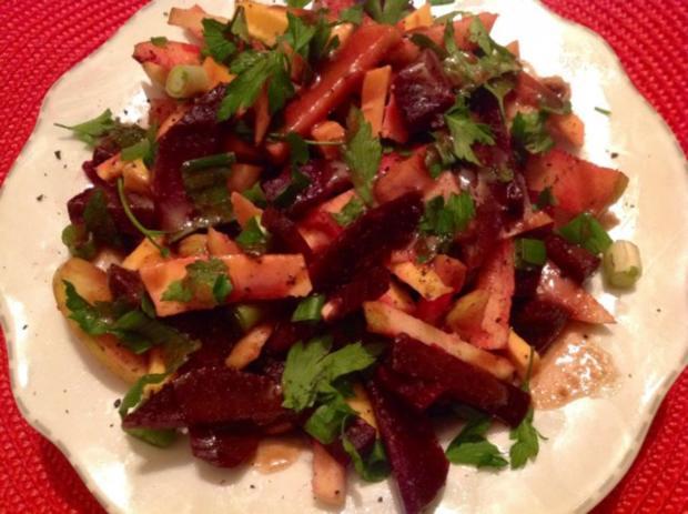 Rote Bete-Apfel-Salat mit Käse und Erdmandel-Himbeer-Dressing - Rezept