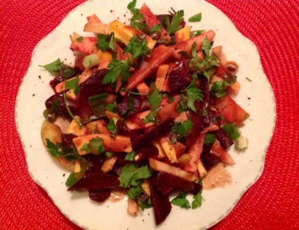 Rote Bete-Apfel-Salat mit Käse und Erdmandel-Himbeer-Dressing - Rezept - Bild Nr. 2