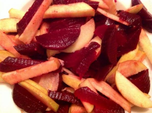 Rote Bete-Apfel-Salat mit Käse und Erdmandel-Himbeer-Dressing - Rezept - Bild Nr. 5