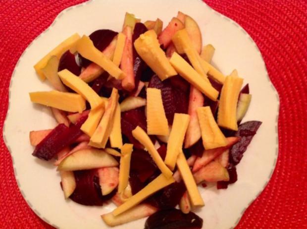 Rote Bete-Apfel-Salat mit Käse und Erdmandel-Himbeer-Dressing - Rezept - Bild Nr. 6