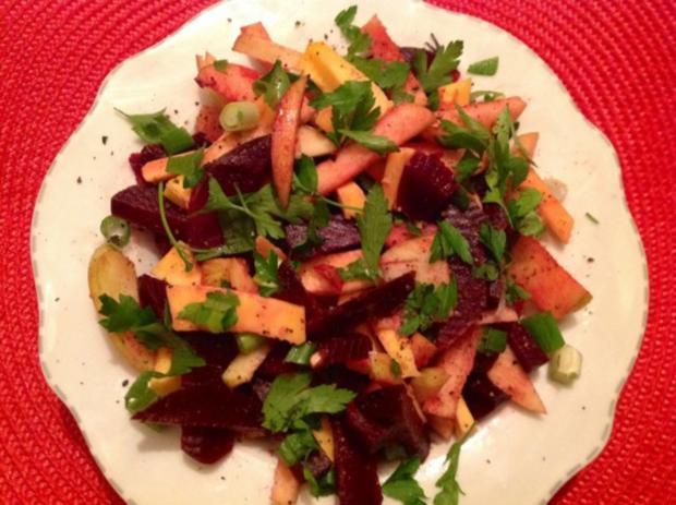 Rote Bete-Apfel-Salat mit Käse und Erdmandel-Himbeer-Dressing - Rezept - Bild Nr. 8