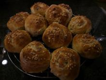 Süße Hefebrötchen mit Nüssen und Sultaninen... - Rezept