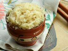 Sauerkrautsüppchen mit gebratenen Rostbratwürstchen und Brezenchips - Rezept