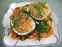 Vegan : Mit Bulgur gefüllter Zucchini auf Tomaten - Fenschel - Gemüse - Rezept