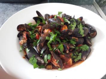 Muscheln mit pikanter Tomatensauce - Rezept