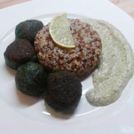 Spinat-Bällchen mit rot-weißem Quinoa und Walnuss-Basilikum-Creme - Rezept